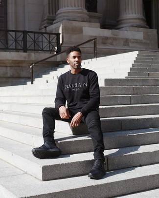 Comment porter un sweat-shirt imprimé noir et blanc: Pense à opter pour un sweat-shirt imprimé noir et blanc et un jean noir pour un déjeuner le dimanche entre amis. Tu veux y aller doucement avec les chaussures? Fais d'une paire de chaussures de sport noires ton choix de souliers pour la journée.