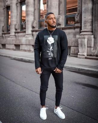 Comment porter un sweat-shirt imprimé noir et blanc: Essaie de marier un sweat-shirt imprimé noir et blanc avec un jean skinny noir pour une tenue idéale le week-end. Une paire de baskets basses en toile blanches rendra élégant même le plus décontracté des looks.