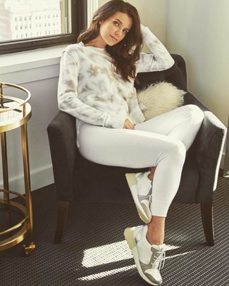 Comment porter: sweat-shirt imprimé tie-dye blanc, sweat-shirt blanc, baskets basses en cuir blanches