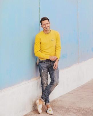 Comment porter: sweat-shirt jaune, jean déchiré bleu, espadrilles en toile brodées blanches