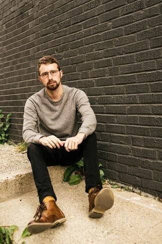 Comment porter un sweat-shirt gris: Pense à opter pour un sweat-shirt gris et un jean noir pour obtenir un look relax mais stylé. Ajoute une paire de des bottes de loisirs en cuir marron à ton look pour une amélioration instantanée de ton style.