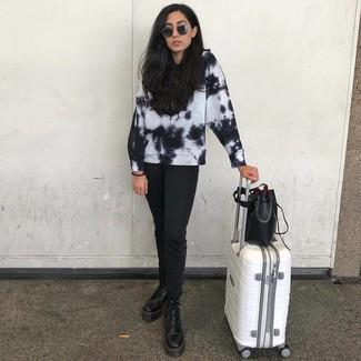Comment porter: sweat-shirt imprimé tie-dye noir et blanc, jean noir, bottines plates à lacets en cuir noires, sac bourse en cuir noir