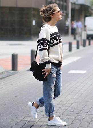 Comment porter: sweat-shirt imprimé blanc et noir, jean boyfriend déchiré bleu, baskets basses en cuir blanches, sac bandoulière en daim noir