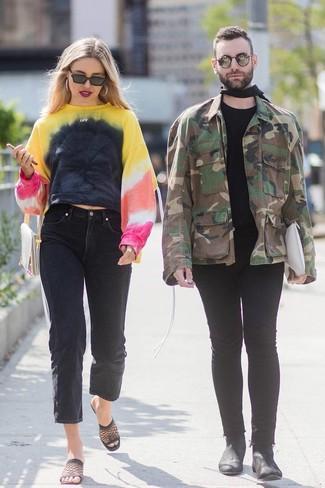 Comment porter: sweat-shirt imprimé tie-dye multicolore, jean boyfriend noir, mules en tulle noires, pochette en cuir beige
