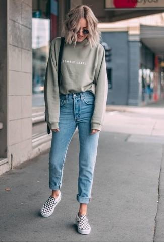 Comment porter: sweat-shirt olive, jean skinny bleu clair, baskets à enfiler à carreaux blanches et noires, sac bandoulière en cuir noir