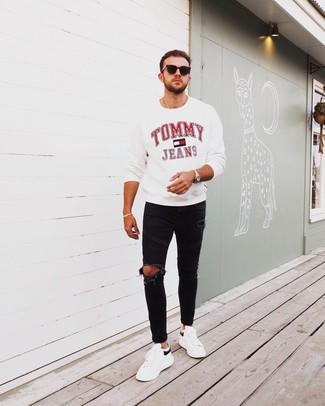 Comment porter un jean skinny avec des baskets basses pour un style relax: Marie un sweat-shirt imprimé blanc avec un jean skinny pour une tenue idéale le week-end. Termine ce look avec une paire de des baskets basses pour afficher ton expertise vestimentaire.