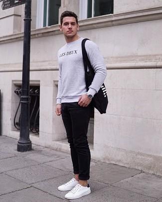 Comment porter un sweat-shirt: Pour une tenue aussi confortable que ton canapé, pense à marier un sweat-shirt avec un jean skinny noir. Assortis ce look avec une paire de des baskets basses en toile blanches et noires.
