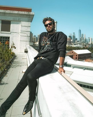 Comment porter un jean skinny noir: Essaie d'associer un sweat-shirt imprimé noir avec un jean skinny noir pour une tenue relax mais stylée. Jouez la carte classique pour les chaussures et choisis une paire de des bottines chelsea en cuir noires.