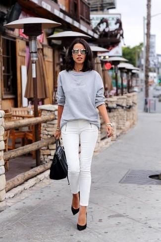 Comment porter: sweat-shirt gris, jean skinny blanc, escarpins en daim noirs, cartable en cuir noir