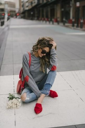 Comment porter: sweat-shirt gris, jean skinny déchiré bleu, mules en daim rouges, sac bandoulière en cuir rouge