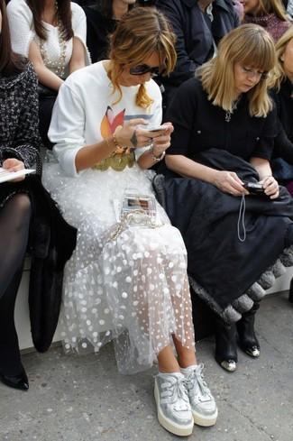 Comment porter un sac bandoulière transparent: Opte pour un sweat-shirt imprimé blanc avec un sac bandoulière transparent pour une impression décontractée. Une paire de des baskets basses en cuir argentées est une façon simple d'améliorer ton look.