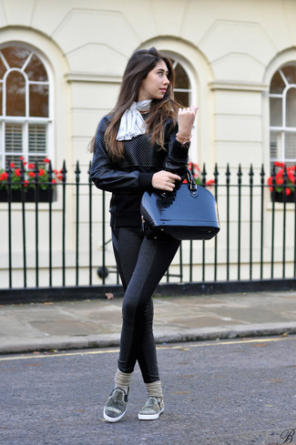 Comment porter: sweat-shirt en cuir matelassé noir, leggings gris foncé, baskets à enfiler ornées noires, cartable en cuir noir