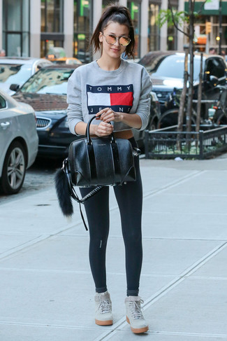 Comment porter: sweat-shirt imprimé gris, leggings noirs, baskets montantes en daim grises, cartable en cuir noir