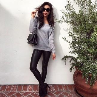 Essaie d'associer un sweat-shirt gris avec des leggings en cuir noirs pour une tenue idéale le week-end. Jouez la carte classique pour les chaussures et fais d'une paire de des bottines en daim noires ton choix de souliers.