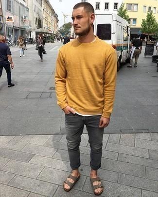 Comment porter des sandales: Essaie de marier un sweat-shirt moutarde avec un jean gris foncé pour un look de tous les jours facile à porter. Une paire de des sandales apporte une touche de décontraction à l'ensemble.
