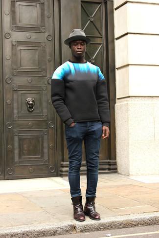 Comment porter: sweat-shirt imprimé noir, jean skinny bleu marine, bottines chelsea en cuir bordeaux, chapeau en laine gris