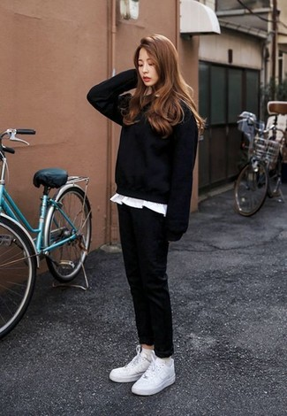 Comment porter: sweat-shirt noir, t-shirt à col rond blanc, pantalon chino noir, baskets basses blanches