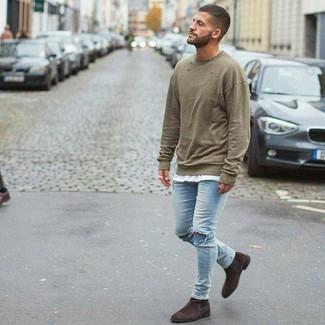 Comment porter: sweat-shirt olive, t-shirt à col rond blanc, jean skinny déchiré bleu clair, bottines chelsea en daim marron foncé