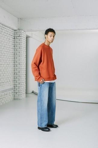 Comment porter des bottes de loisirs en cuir noires: Harmonise un sweat-shirt orange avec un jean bleu clair pour un déjeuner le dimanche entre amis. Ajoute une paire de bottes de loisirs en cuir noires à ton look pour une amélioration instantanée de ton style.
