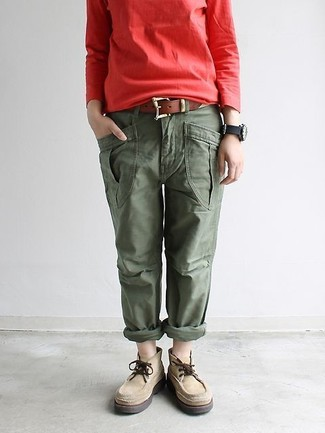 Comment porter: sweat-shirt rouge, pantalon cargo olive, bottines chukka en daim beiges, ceinture en cuir marron