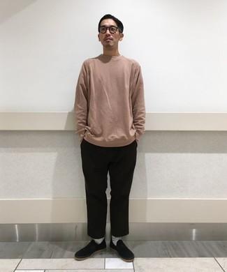 Tendances mode hommes: Choisis un sweat-shirt rose et un pantalon chino noir pour un look de tous les jours facile à porter. Termine ce look avec une paire de des baskets à enfiler en toile noires.