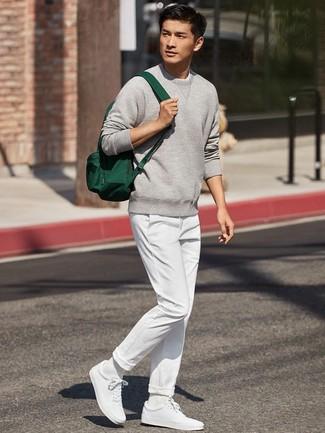 Comment porter: sweat-shirt gris, pantalon chino blanc, baskets basses blanches, sac à dos en toile vert foncé