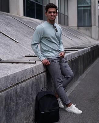 Comment porter un sweat-shirt: Associe un sweat-shirt avec un pantalon chino écossais gris pour un look de tous les jours facile à porter. Une paire de des baskets basses en toile blanches est une option parfait pour complèter cette tenue.