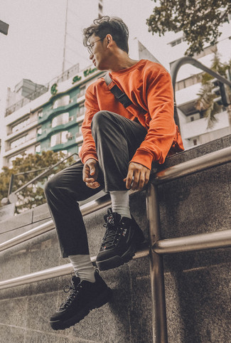 Comment porter: sweat-shirt orange, pantalon chino noir, chaussures de sport noires, sac banane orange