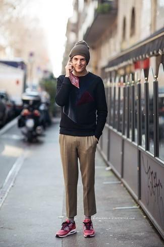 Comment porter des chaussettes grises: Associe un sweat-shirt imprimé bleu marine avec des chaussettes grises pour un look idéal le week-end. Une paire de des chaussures de sport fuchsia apportera une esthétique classique à l'ensemble.