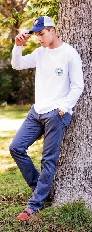 Comment porter: sweat-shirt blanc, pantalon chino bleu marine, slippers en cuir tabac, casquette de base-ball bleu marine