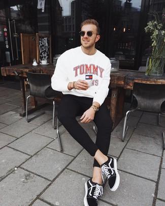 Comment porter: sweat-shirt imprimé blanc, pantalon de jogging noir, baskets basses en toile noires et blanches, lunettes de soleil noir et doré