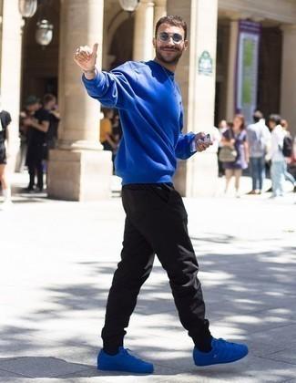 Comment porter un pantalon de jogging noir: Associe un sweat-shirt bleu avec un pantalon de jogging noir pour un look idéal le week-end. Une paire de des baskets basses en toile bleues est une option génial pour complèter cette tenue.