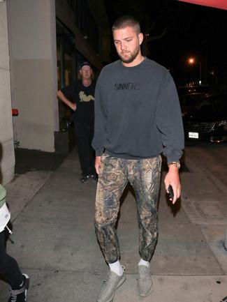 Comment porter: sweat-shirt gris foncé, pantalon de jogging imprimé marron, chaussures de sport grises, montre dorée