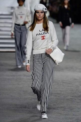 Comment porter: sweat-shirt imprimé blanc, pantalon large à rayures verticales blanc et noir, ballerines en cuir blanches, sac bandoulière en cuir blanc