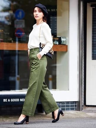 Comment porter un pantalon large olive: Pense à marier un sweat-shirt blanc avec un pantalon large olive pour un déjeuner le dimanche entre amies. Cette tenue se complète parfaitement avec une paire de des escarpins en cuir noirs.