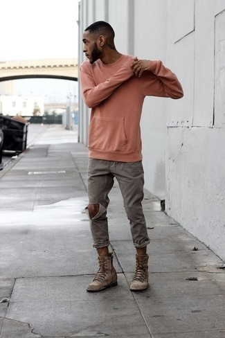 Comment porter des bottes de loisirs en daim marron: Porte un sweat-shirt rose et un jean déchiré gris pour une tenue relax mais stylée. D'une humeur créatrice? Assortis ta tenue avec une paire de des bottes de loisirs en daim marron.