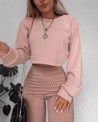 Comment porter un pendentif argenté: Essaie de marier un sweat-shirt rose avec un pendentif argenté pour une tenue idéale le week-end.