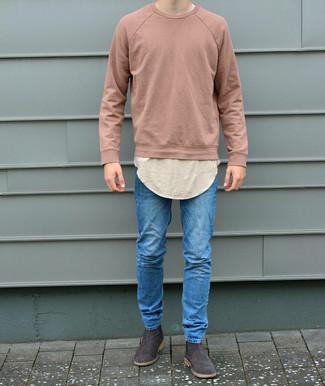 Comment porter: sweat-shirt rose, t-shirt à col rond beige, jean skinny bleu, bottines chelsea en daim marron foncé