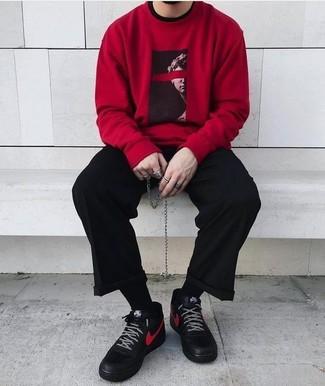 Comment porter: sweat-shirt imprimé rouge, pantalon de costume noir, baskets montantes en cuir noires, chaussettes noires