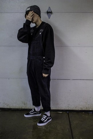 Comment porter des baskets basses en toile noires et blanches à l'adolescence: Pour une tenue aussi confortable que ton canapé, pense à associer un sweat-shirt noir avec une salopette en denim bleu marine. Une paire de des baskets basses en toile noires et blanches est une option avisé pour complèter cette tenue.