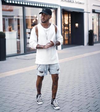 Comment porter une casquette de base-ball noire: Pour une tenue aussi confortable que ton canapé, pense à associer un sweat-shirt blanc avec une casquette de base-ball noire. Rehausse cet ensemble avec une paire de des baskets montantes noires et blanches.