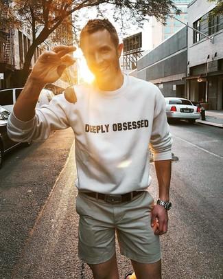 Comment porter: sweat-shirt imprimé blanc et noir, short beige, ceinture en cuir marron foncé, lunettes de soleil noires