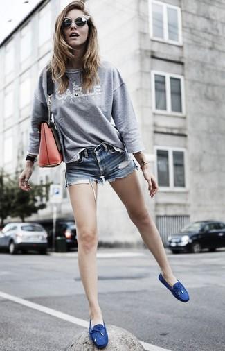 Comment porter: sweat-shirt imprimé gris, short en denim bleu, chaussures bateau en toile bleu marine, sac bandoulière en cuir rouge