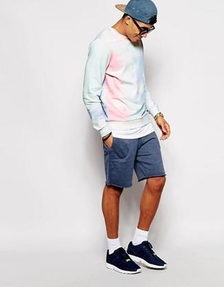 Comment porter: sweat-shirt délavé à l'acide bleu clair, short bleu marine, chaussures de sport bleu marine, casquette de base-ball bleue