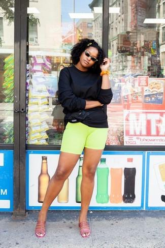 Comment porter: sweat-shirt noir, short cycliste chartreuse, mules en cuir fuchsia, sac banane en nylon noir