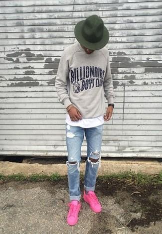 Comment porter: sweat-shirt imprimé gris, t-shirt à col rond blanc, jean déchiré bleu clair, baskets basses fuchsia