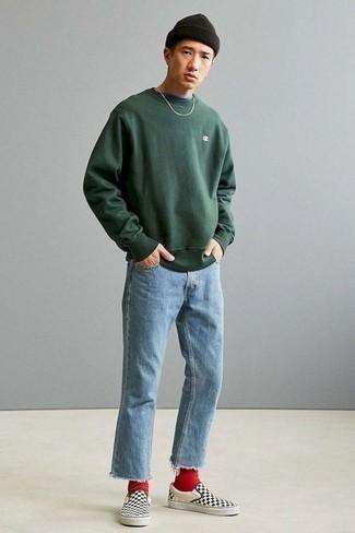 Comment s'habiller au printemps: Essaie de marier un sweat-shirt vert foncé avec un jean bleu clair pour obtenir un look relax mais stylé. Complète ce look avec une paire de des baskets à enfiler en toile à carreaux noires et blanches. Nous trouvons cette tenue canon pour pour les journées printanières.
