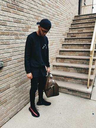 Comment porter: sweat-shirt noir, t-shirt à col rond noir, jean skinny noir, chaussures de sport noires