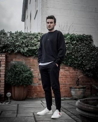 Comment porter des chaussettes noires pour un style decontractés: Essaie de marier un sweat-shirt noir avec des chaussettes noires pour un look idéal le week-end. Termine ce look avec une paire de des baskets basses en toile imprimées blanches pour afficher ton expertise vestimentaire.