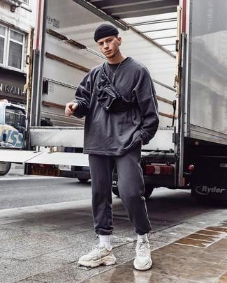 Comment porter un sweat-shirt gris foncé: Pense à opter pour un sweat-shirt gris foncé et un pantalon de jogging gris foncé pour un look idéal le week-end. Jouez la carte décontractée pour les chaussures et opte pour une paire de des chaussures de sport beiges.